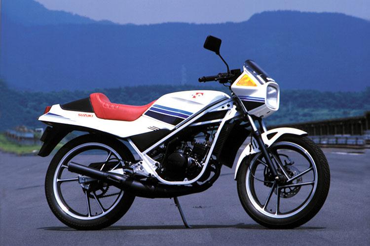 1984年2月 RG50Γ スーパーホワイト ※写真はオプション設定のセンターカウル、アンダーカウル装着車