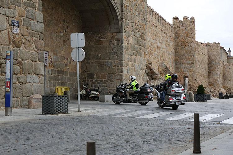 城壁内外をつなぐ門