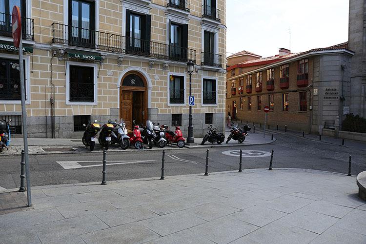 バイクを歩道上に停める