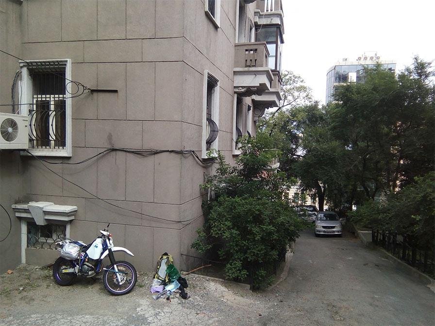 建物の陰の目立たない場所