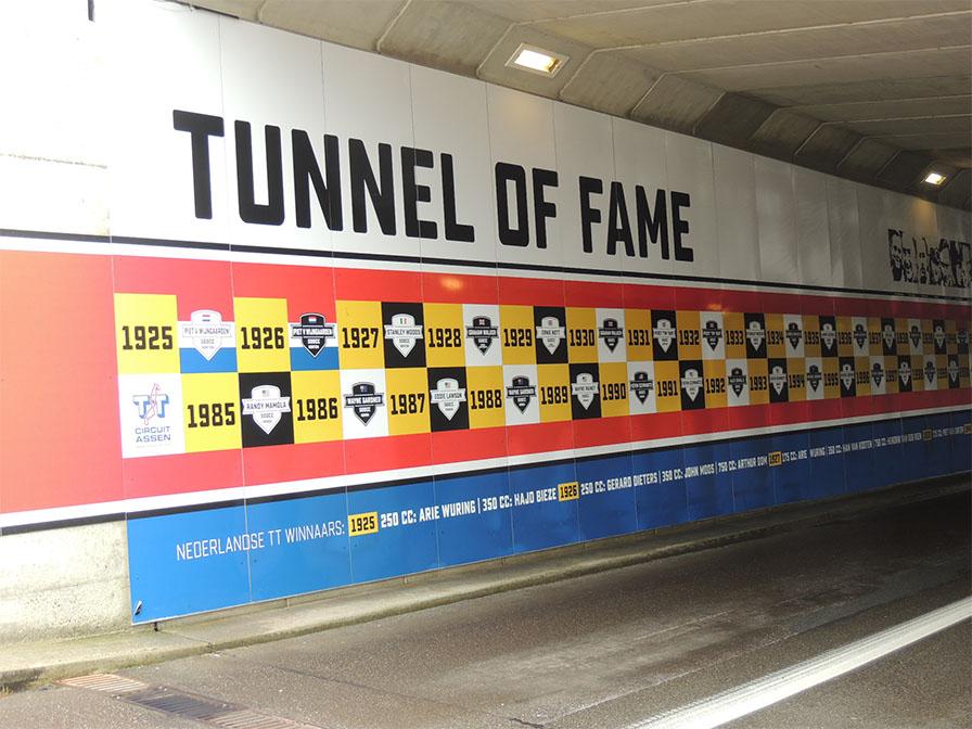 パドックへ向かうトンネル