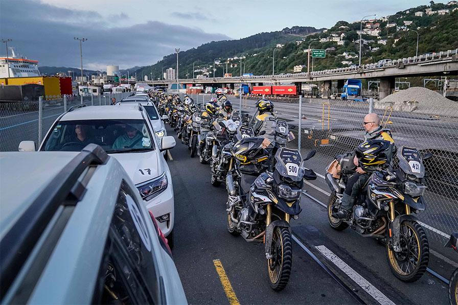 バイクはフェンス側、港側には主催者関係の車両が並ぶ