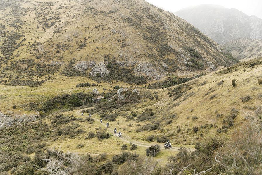 山間の谷間に続く牧場